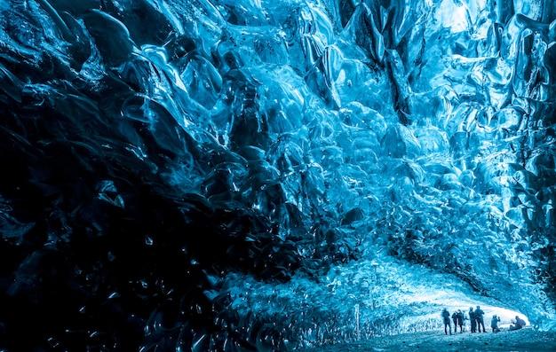 Dentro de uma caverna de gelo na islândia Foto Premium