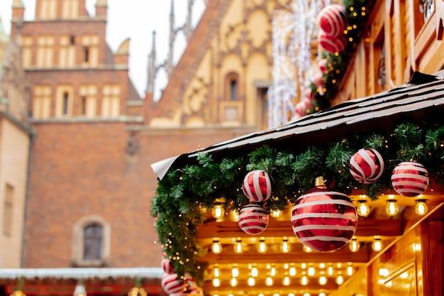 Deocration de árvore de natal, enfeites no mercado em wroclaw, polônia Foto Premium
