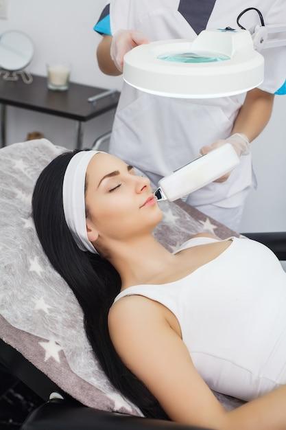 Depilação a laser e cosmetologia na clínica de spa de beleza estética Foto Premium