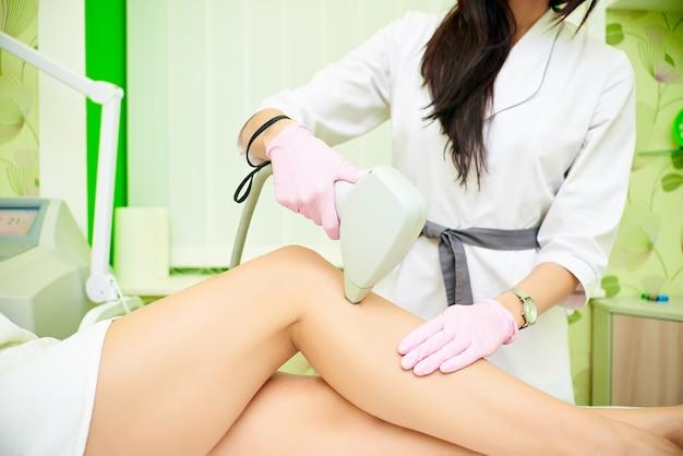 Depilação à laser. procedimento de remoção de cabelo cosmético. o conceito de cosmetologia e spa Foto Premium