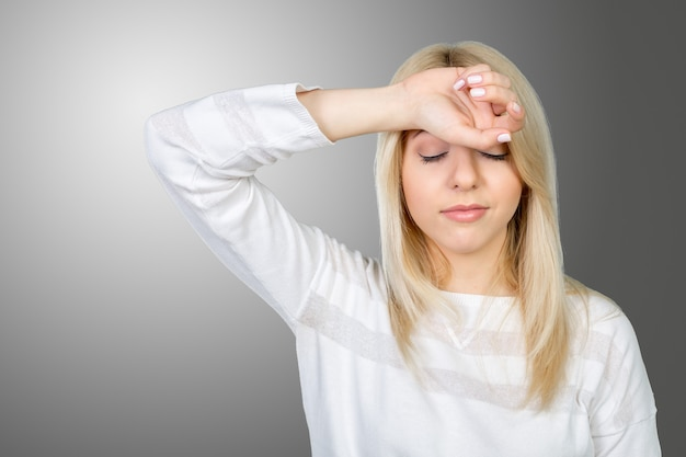 Deprimido mulher madura tocando a testa e mantendo os olhos fechados Foto Premium