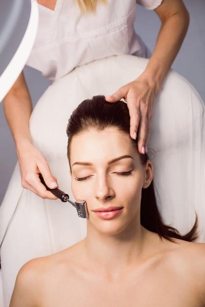 Dermatologista realizando depilação a laser em paciente Foto gratuita