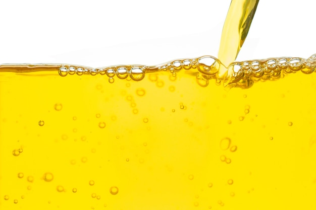 Derramando óleo amarelo e bolha no fundo branco Foto Premium