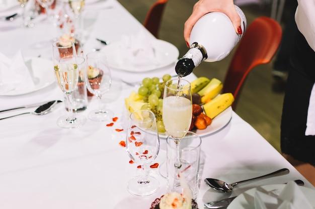 Derramando um brinde de champanhe em uma festa de festa de casamento Foto gratuita