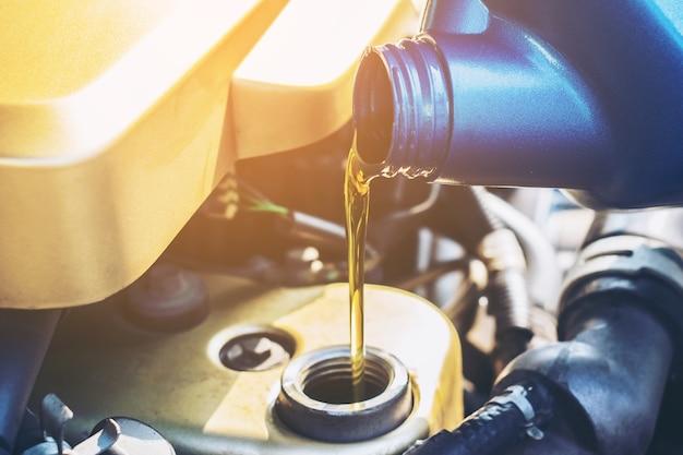 Derramar óleo para motor de carro Foto Premium