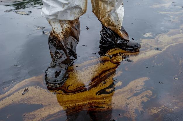 Derrame de petróleo misturado com outras substâncias químicas na superfície do mar e areia. Foto Premium