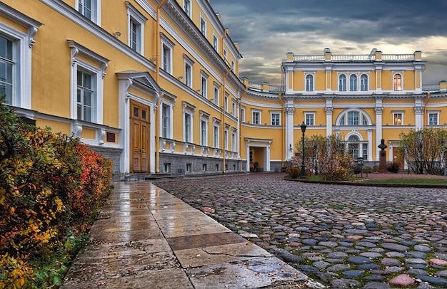 Derzhavin museum-estate em são petersburgo sob um céu nublado de outono Foto Premium