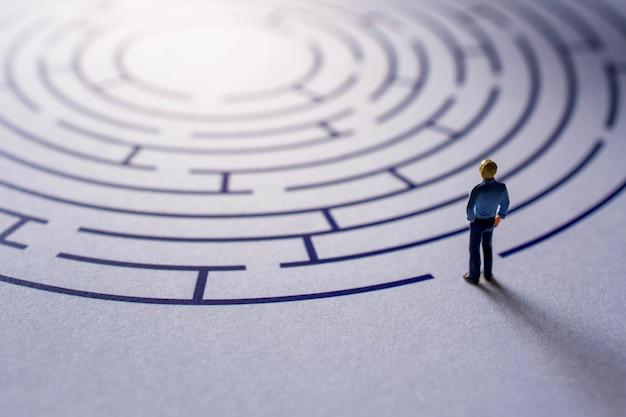 Desafio e conceito de sucesso. presente pela figura em miniatura Foto Premium