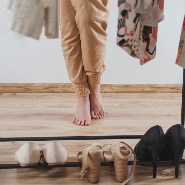 Descalço mulher na frente do guarda-roupa Foto gratuita