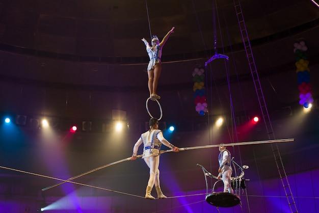 Desempenho de aéreoistas na arena do circo. Foto Premium