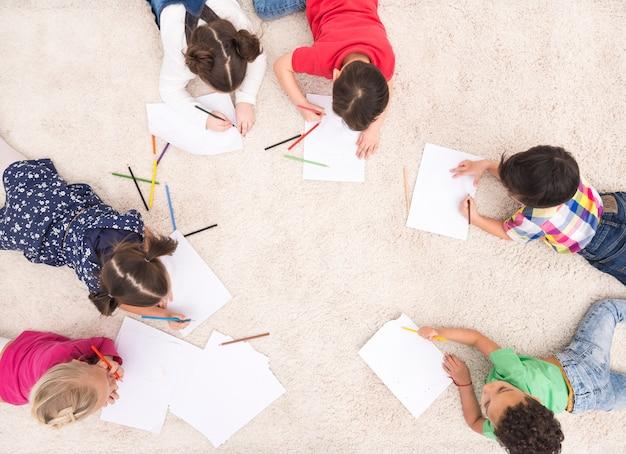 Desenho de grupo de crianças Foto gratuita