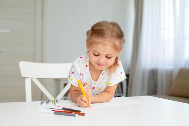 Desenho de menina em casa Foto gratuita