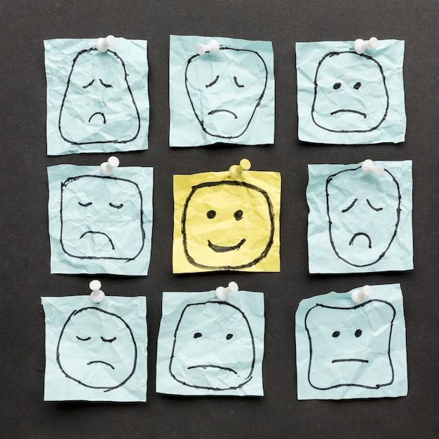 Desenhos de emoji em papel Foto gratuita