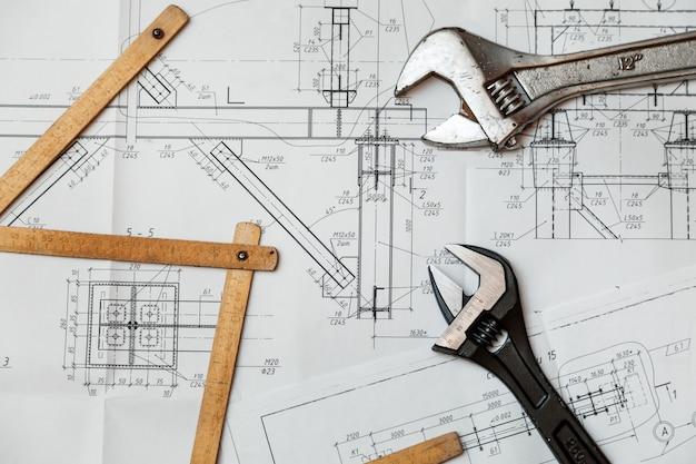 Desenhos de projeto e ferramentas na mesa Foto Premium