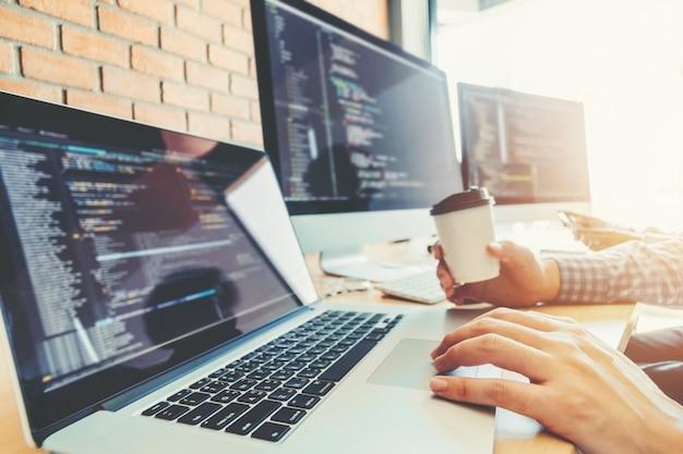Desenvolvendo programador desenvolvimento de equipe design de website e tecnologias de codificação Foto Premium