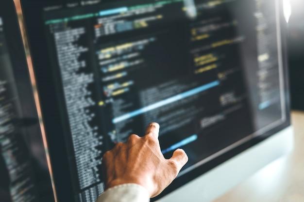 Desenvolvendo programador desenvolvimento web design e codificação de tecnologias Foto Premium