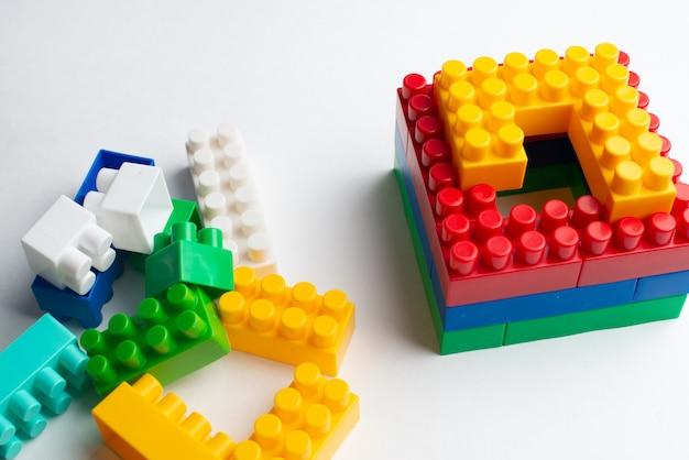 Desenvolvimento de crianças, blocos de construção, construção de edifícios e camiões Foto Premium