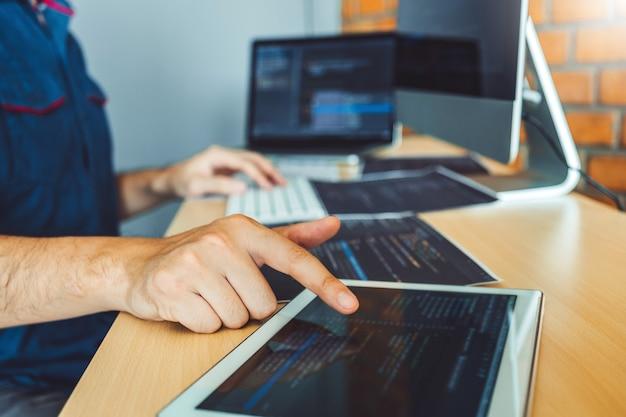 Desenvolvimento de programadores desenvolvimento de websites e codificação de tecnologias trabalhando em estoque de empresas de software Foto Premium