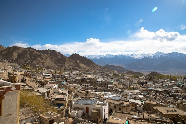 Desertic paisagem na estrada de leh, no himalaia, índia Foto Premium