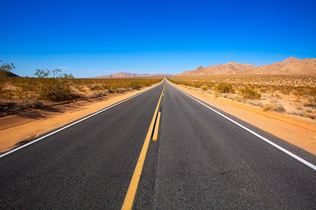 Deserto de mohave pela route 66 na califórnia, eua Foto Premium