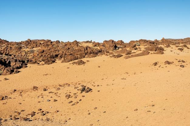 Deserto de solo vermelho com fundo claro Foto gratuita