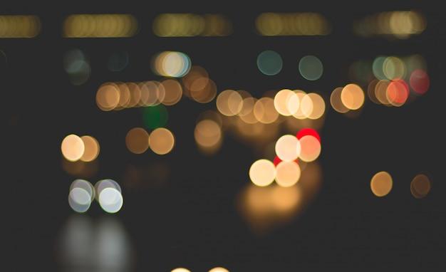 Desfocar a imagem da luz do carro e tráfego na cidade para abstrato Foto Premium