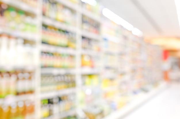 Desfocar produtos nas prateleiras no fundo da mercearia Foto Premium