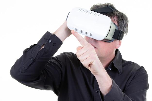 Desfrute de homem de negócios com óculos de realidade virtual isolados Foto Premium