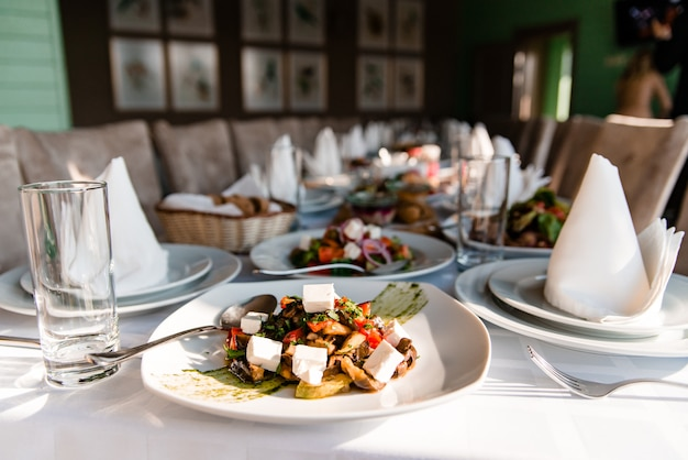 Desfrute de uma deliciosa refeição mediterrânica grega com vergetables salada Foto Premium