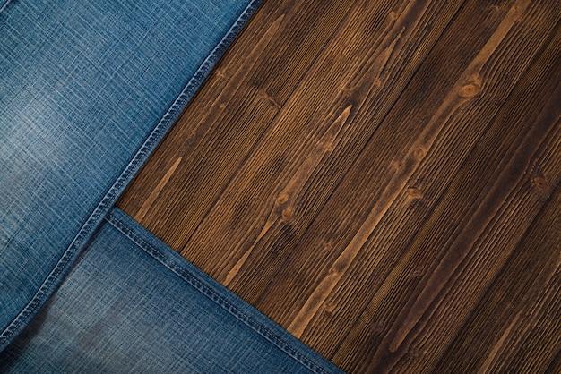 Desgastado de jeans ou jeans azul coleção jeans na madeira Foto Premium