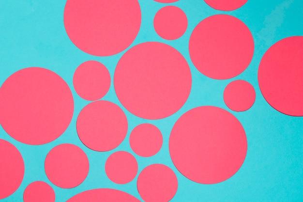 Design de círculos vermelhos em pano de fundo azul Foto gratuita