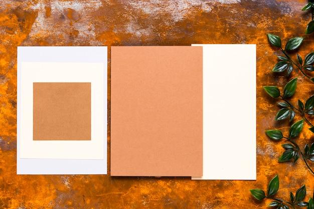 Design de convite na mesa de madeira Foto gratuita