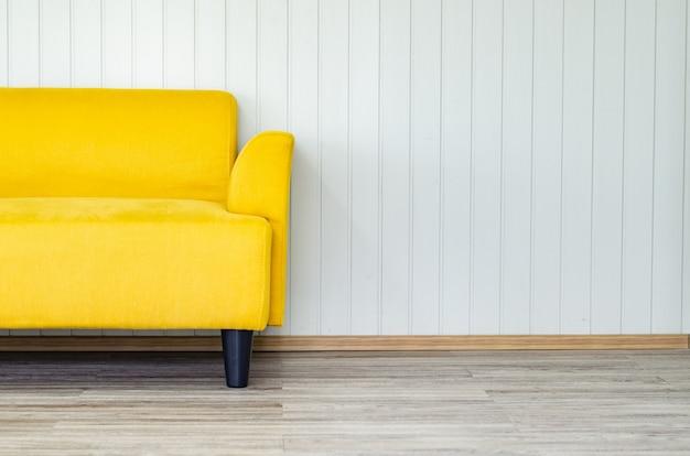 Design de interiores com sofá amarelo na parede branca, sala de estar Foto Premium
