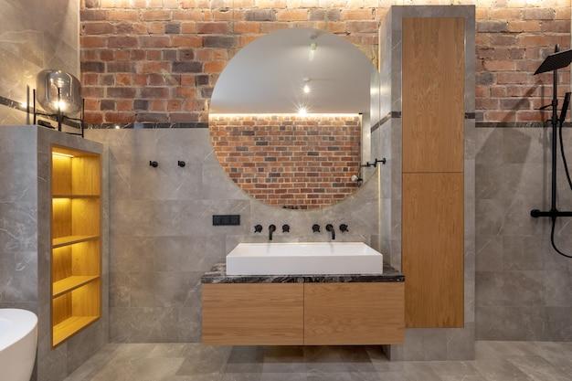 Design de interiores contemporâneo de banheiro aconchegante com chuveiro no apartamento Foto Premium