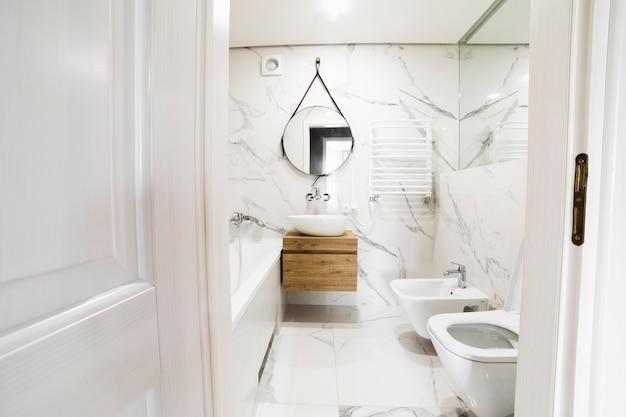 Design de interiores de banheiro moderno Foto gratuita