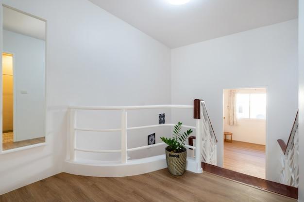 Design de interiores de casa corredor com escada em casa Foto Premium
