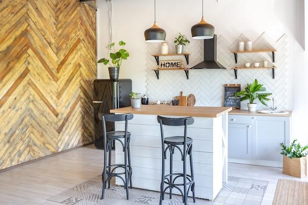 Design de interiores de cozinha elegante. paredes brancas e decoração em madeira. Foto Premium