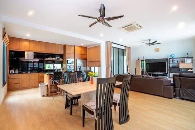 Design de interiores de luxo na sala de estar com cozinha aberta Foto Premium