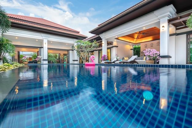 Design de interiores de luxo no quarto da villa piscina com cama king-size Foto Premium
