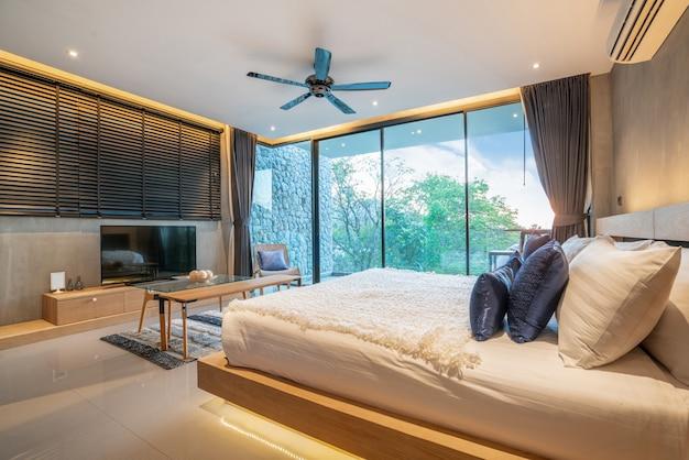 Design de interiores de luxo real no quarto com espaço claro e brilhante e televisão na casa ou em casa Foto Premium