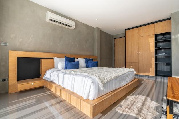 Design de interiores de luxo real no quarto com espaço claro e brilhante na casa ou em casa Foto Premium