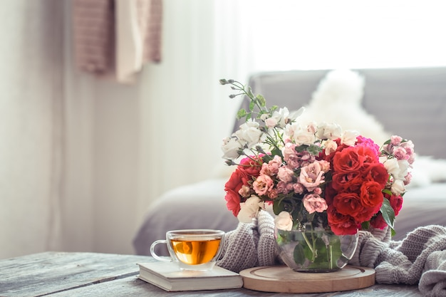 Design de interiores de sala de estar moderna com vaso de flor artificial Foto gratuita