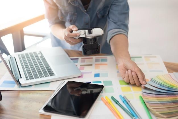 Design de interiores e renovação e conceito de tecnologia - designer gráfico escolhendo amostras de cores adequadas para seleção na mesa. Foto Premium