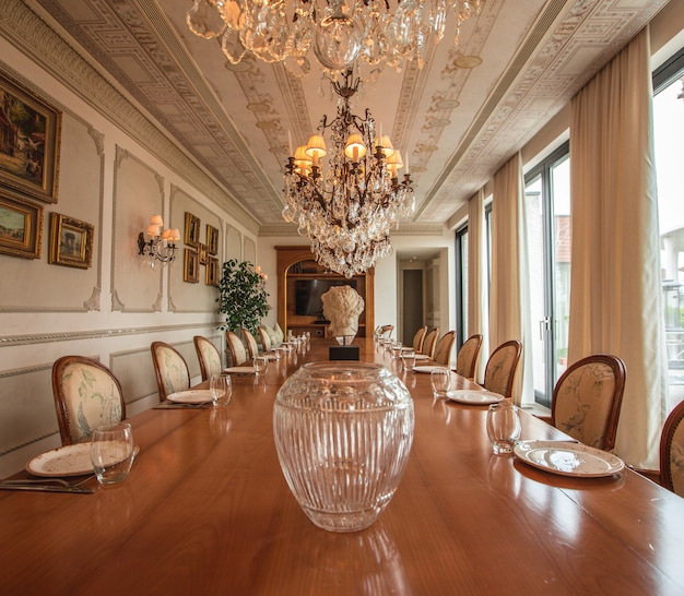 Design de interiores grande e luxuoso da sala de jantar Foto gratuita