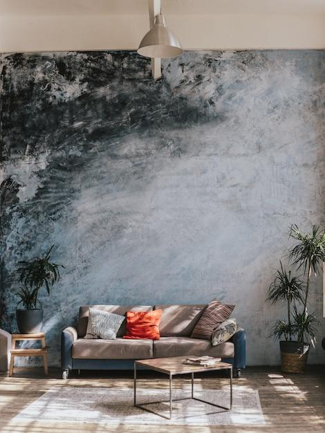 Design de interiores. móveis contra uma parede azul e piso de madeira Foto Premium