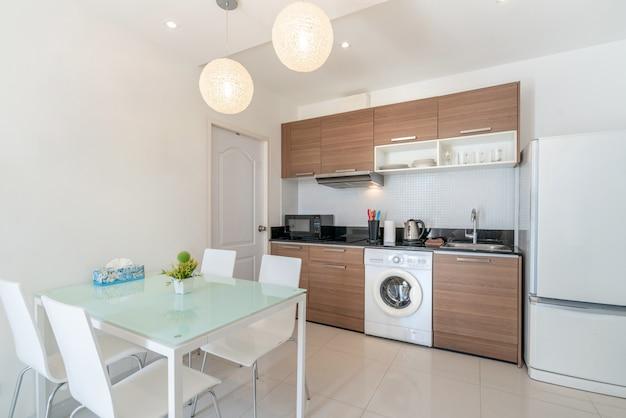 Design de interiores na sala de estar com área de cozinha Foto Premium