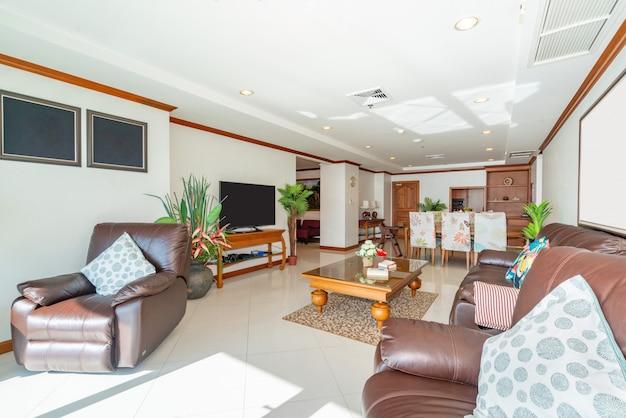 Design de interiores na sala de estar com mesa de jantar de madeira Foto Premium