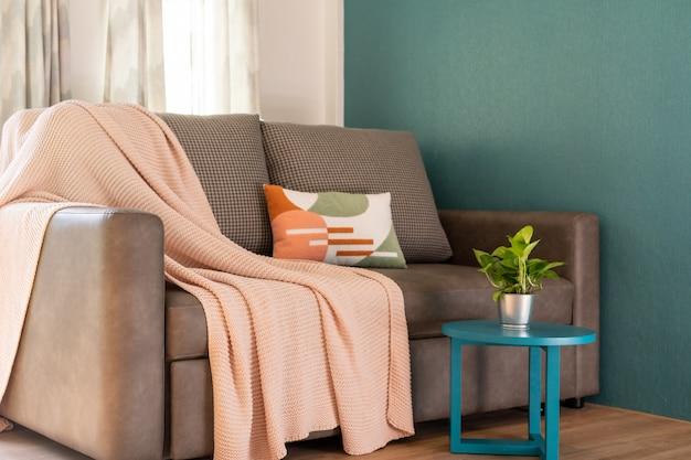 Design de interiores na sala de estar com sofá Foto Premium