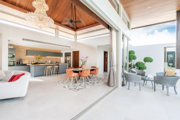Design de interiores na sala de estar e cozinha aberta com mesa de jantar Foto Premium
