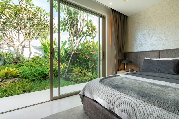Design de interiores no quarto da piscina villa com cama king-size Foto Premium